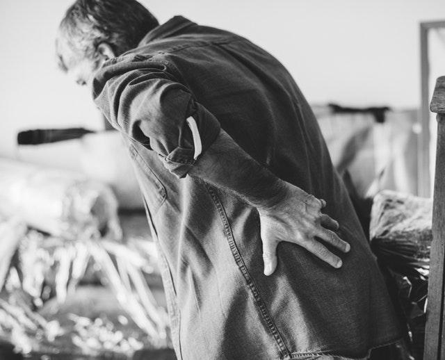 Sådan får du en bedre holdning med en rygstøtte og holdningskorrigerende tøj